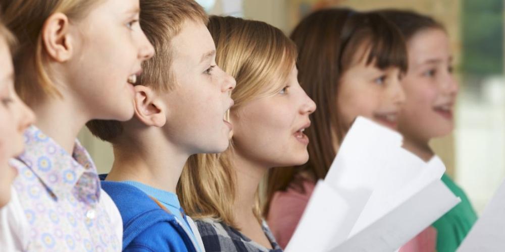 nauka śpiewu przynosi dzieciom wiele korzyści